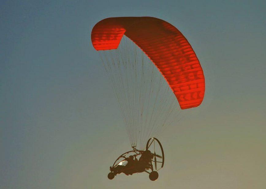 Motorisierter Fallschirm am dunkelblauer Himmel