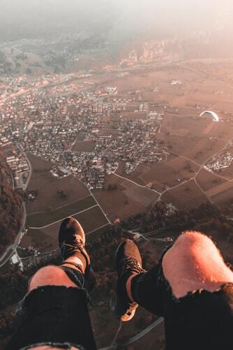 Eine Ansicht eines besiedelten Ortes aus der Perspektive eines fliegenden Mannes