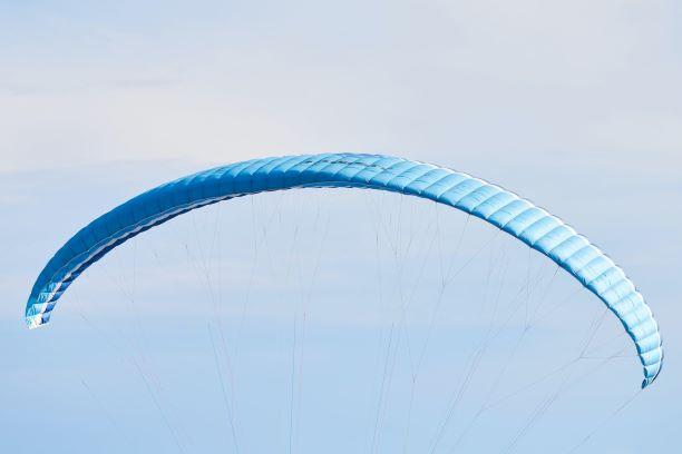 Ein blauer Gleitschirm