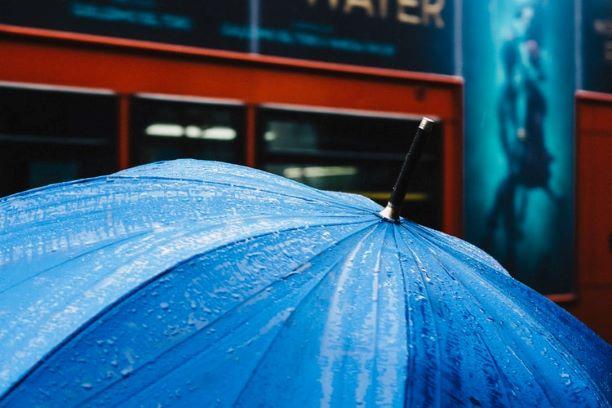 Ein nasser blauer Regenschirm
