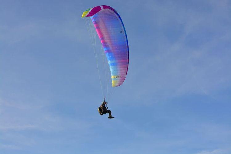Gleitschirmflieger gleitet durch einen klaren Himmel