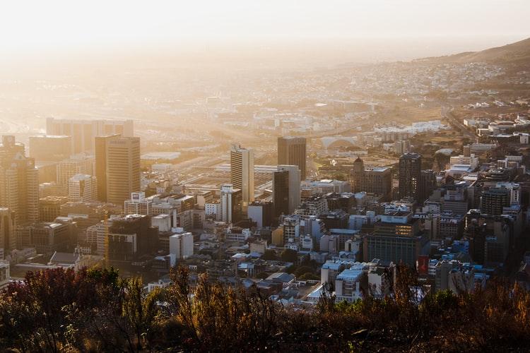 Stadtbild von Kapstadt bei Sonnenaufgang, hohe Gebäude im Zentrum der Stadt