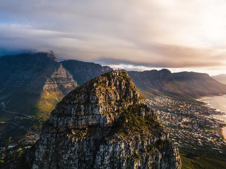 Signal Hill in Südafrika, Kapstadt im Hintergrund, bewölkter Himmel