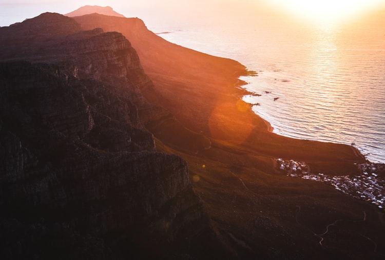 Der Tafelberg in der Abenddämmerung, Kapstadt am Fuße des Berges