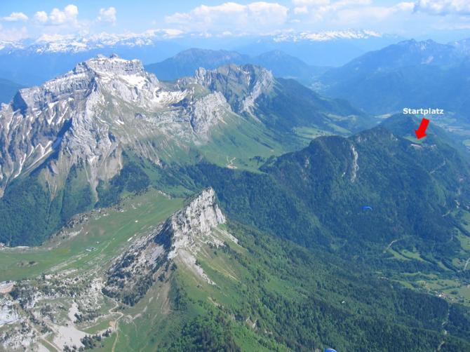 Sicht von Dents de Lanfon auf La Tournette  und den Startplatz Col de la Forclaz (siehe Pfeil).