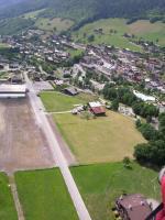 """Paragliding Fluggebiet Europa » Frankreich » Rhone-Alpes,Le Grand Bornand,(Sommer-) Landeplatz """"le Patinoire""""; ca 10min zu Talsation und P. SEHR turbulent bei N-Wind!"""