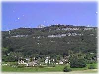 Grüne Landewiese am schicken Flugberg