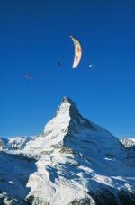 Paragliding Fluggebiet Europa » Schweiz » Wallis,Riffelberg,Acro Cup Zermatt Jan'98, Michi Steinbach in front of Matterhorn  mit freundlicher Genehmigung ©www.azoom.ch