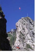 Paragliding Fluggebiet Europa » Schweiz » Luzern,Pilatus,Hier geht es luftig zu und her!  Direkt am Trassee oberhalb der Pilatusbahn auf diesem Bild steht der Windsack, welcher bei guten Startverhältnissen am Kulm Aufwind signalisiert.