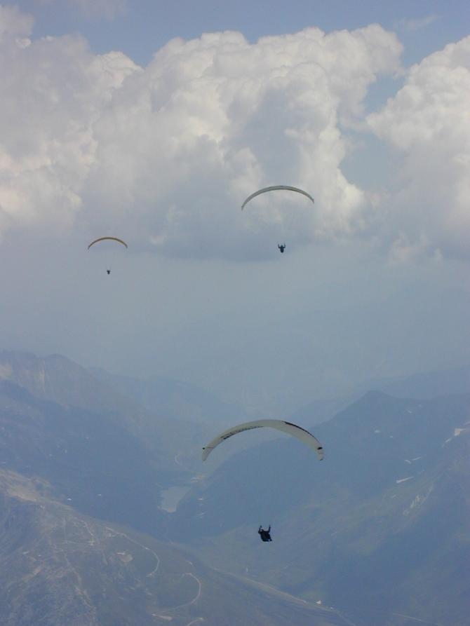 am Nätschen (Flug von Fiesch ins Bündner Oberland); im Hintergrund der See am Oberalppass