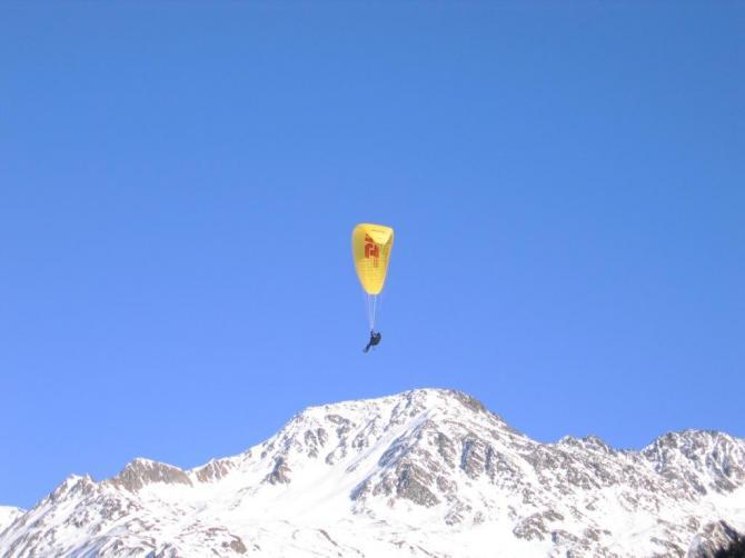 Markus beim Flug vom Gemsstock Richtung Oberalp, hoch über dem Pazzolastock