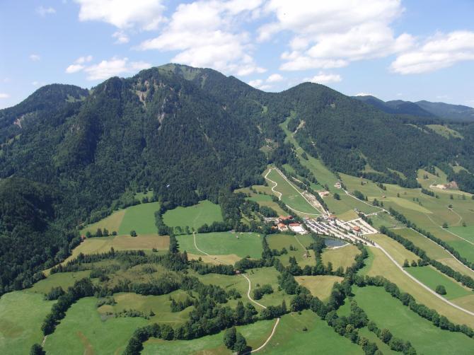 Blick auf das Brauneck von Lenggries nach W, in der Bildmitte der Landeplatz, Juni 2007