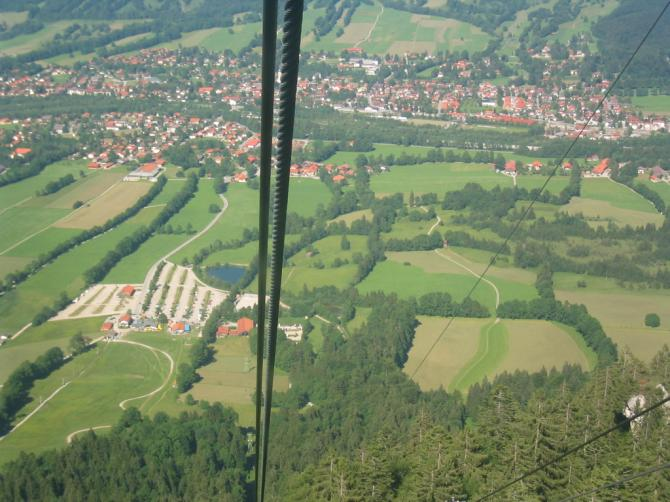 Blick auf Drachenlandeplatz (links das Langgezogene) und den Paragleiterlandeplatz (Rechts von der Bildmitte).