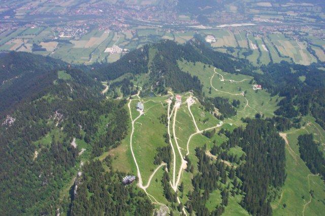 Blick von oben auf Brauneck und Isartal