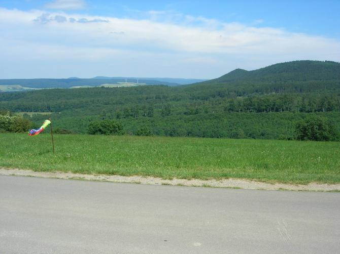 Der Startplatz ich Flugrichtung.  Rechts zu sehen der Lee werfende, vorgalagerte Berg. Links halten und alles ist gut !