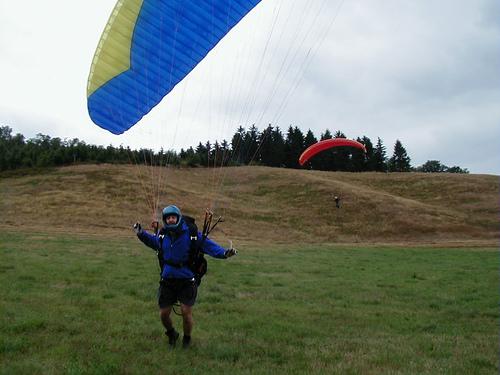 Der Hang von der Landewiese aus gesehen. Der Startplatz befindet sich direkt vor den Tannen. 24.8.2003