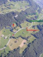 Paragliding Fluggebiet Europa » Schweiz » Glarus,Hirzli,Übersicht über den Startplatz mit den zwei Zugangswegen. Bitte beim linken Zugangsweg unbedingt die Infotafel beim Einstieg des Weges beachten! Immer am Wiesenrand gehen und nicht direkt über den Startplatz hoch gehen. Danke!