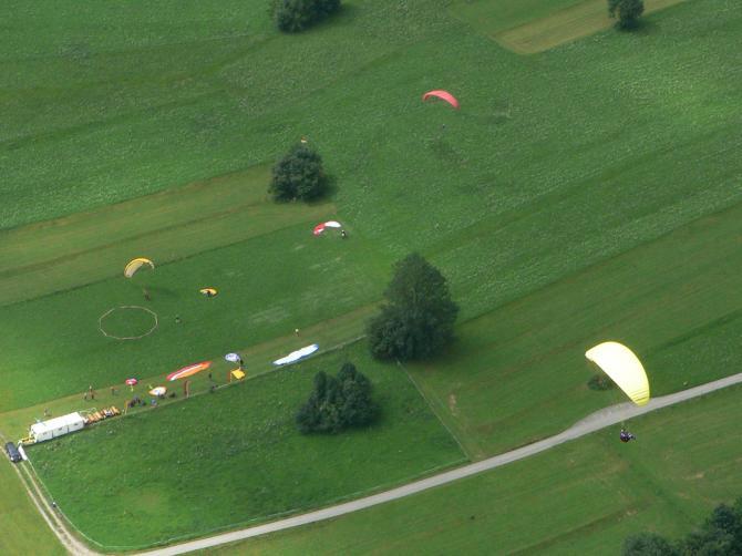 Luftansicht des Landeplatzes am Breitenberg ca. 200 m von der Talstation der Breitenbergbahn entfernt.