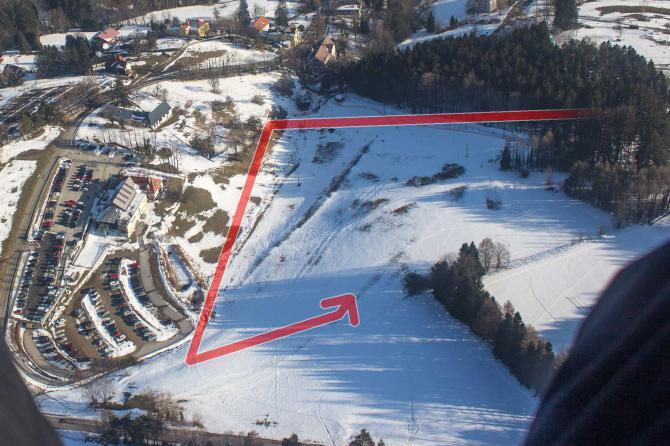 SO Landeplatz bei der Talstation.  Die Markierung zeigt die Landevolte bei Südwind.  Der Landeplatz ist abfallend, unbedingt vorher besichtigen. Höhenabbau am besten über der Reha-Klinik (nicht im Bild - rechts oben)