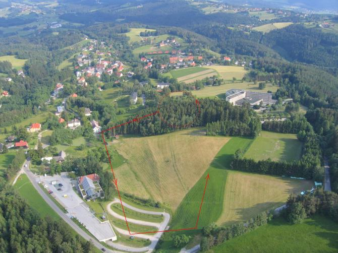 Gleitschirmlandeplatz - Landeanflug nicht über der Seilbahn.