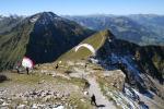 Paragliding Fluggebiet Europa » Schweiz » Bern,Niesen,Nordweststart: Karin am Beschleunigen und Chrigel beim Aufziehen (an diesem 1. September 2006 haben alle auf grosse Dreiecke gehofft und sind sang- und klanglos abgesoffen).Dieser improvisierte Nordwest-Startplatz ist eher anspruchsvoll.