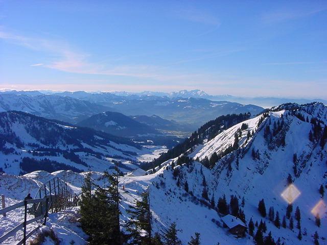 Blick von der Bergstation nach Westen (Richtung Bregenzerwald und Hochhädrich). vorne im Bild sieht man das Stauferhaus. Am Grat kann man herrlich aufsoaren.