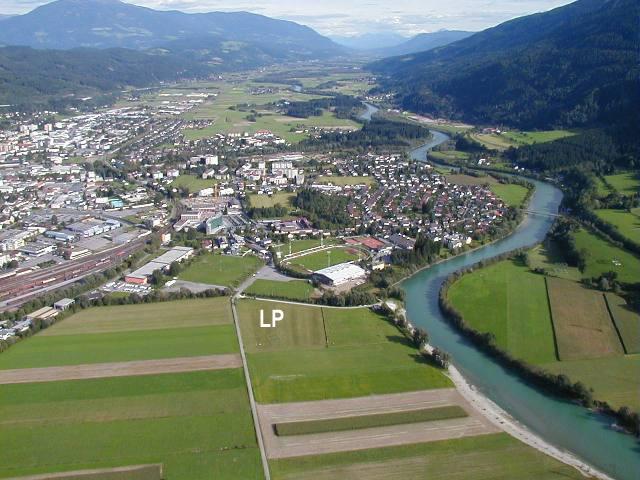 """Landeplatz in Spittal/Drau (markiert mit """"LP"""") aus Richtung W."""