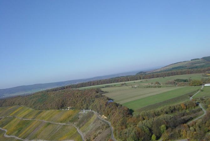 Startplatz Klüsserath im Herbst und dahinterliegende Wiesen, auf denen man nicht landen sollte (, da Lee-Landungen manchmal mit Schmerzen verbunden sind)