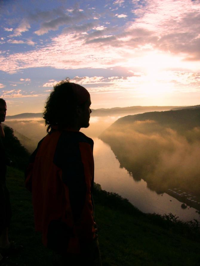 Das warten auf den Tag und die ersten Sonnenstrahlen am Startplatz. Was wird der Tag bringen? Foto by: freiflieger.eu