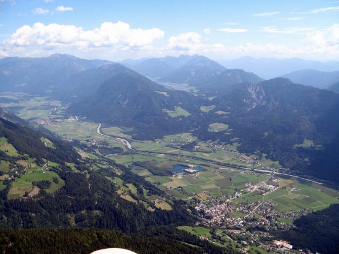 rechts unten Greifenburg, in der Mitte der Badesee mit Landeplatz und Campingmöglichkeit, oben zu sehen der Weissensee. 27. August 2007