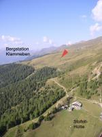 """Paragliding Fluggebiet ,,Im Schlauch bei der Stofellhütte (Blick Ritg N). Nach dem Start links haltend (Ritg S) relativ """"geländenah"""" zu dieser Hütte fliegen, an der Kante davor steht oft ein guter Schlauch."""