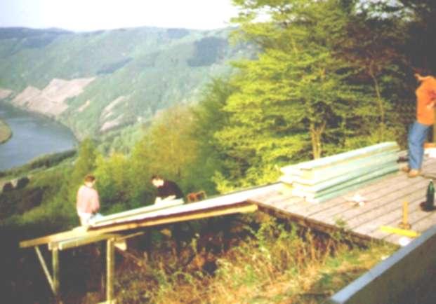 1996: Ausbau der Rampe für Gleitschirmstart. Auf dem Bild Gerd, Stefan und Gertrud. Gesponsert durch www.flugschule-saarland.de