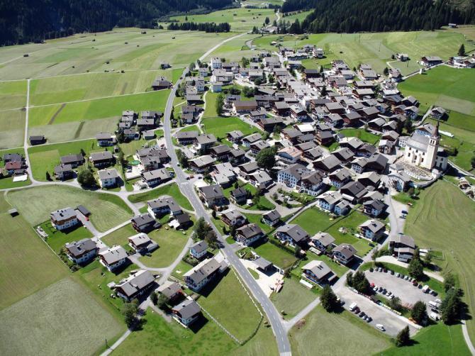 Obertilliach im Landeanflug, im linken oberen Bildteil befindet sich der Landeplatz. Blickrichtung West.