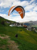 Paragliding Fluggebiet Europa » Italien » Trentino-Südtirol,Watles / Prämajur,Perfekter Start- und Toplandeplatz, der zum Gasthof Watles gehört. Schöner Flugtag  an Pfingsten 05, der Rest war verregnet.