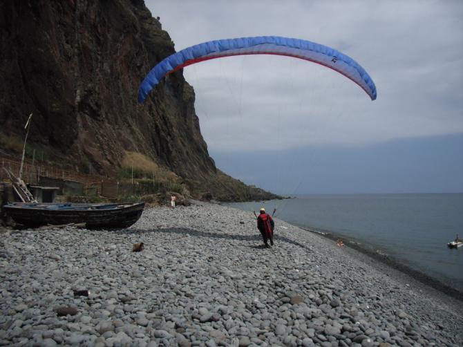 perfekte Landung auf dem Kiesstrand, nur noch Schirm packen und ab ins Meer, Schnorcheln mit tropischen Fischen...