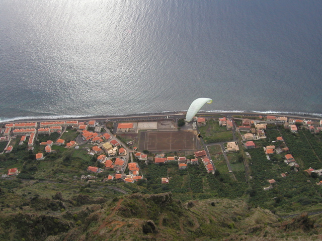 Entlang der Steilküste von Paul do Mar, direkt unter dem Piloten das Fussballfeld, unser Landeplatz