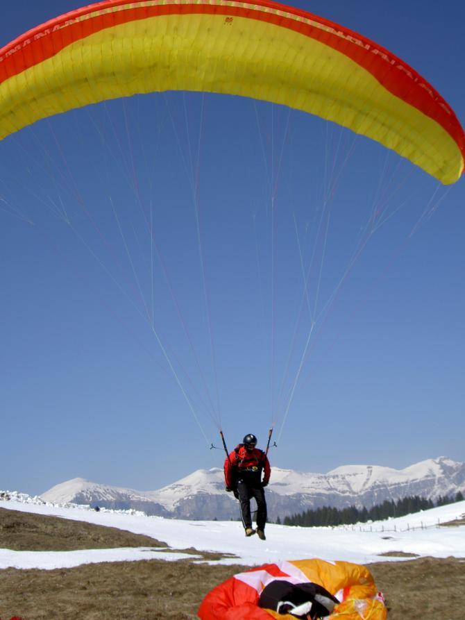 So geht Fliegen in den Dolomiten: Schon am Morgen bis zur Wolkenbasis hochfliegen und auf dem Gipfel toplanden!