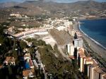 Paragliding Fluggebiet Europa » Spanien » Andalusien,Loma de la Cera,Links in der Bildmitte liegt der Startplatz.ich hoffe,man kann sehen,daß es eng wird ,wenn irgendetwas nicht passt.Hinter den Hotels befinden sich betonierte Tennisplätze und da ist LEE!! Da möcht ich nicht einlanden.