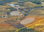 Paragliding Fluggebiet Europa » Spanien » Andalusien,Sierra de Loja,LZ bei der Autobahn: es kann auf beiden Feldern gelandet werden (sofern abgeerntet). Man beachte die Hochspannung!