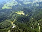 Paragliding Fluggebiet ,,Fluggebiet Schauinsland aus Gipfelperspektive.Links im Bild die Bergstation der Schauinslandbahn,darüber unser Startplatz(1180m NN),in Bildmitte die Holzschlägermatte (ca.950m NN)und ganz rechts oben im kleinen Talkessel unsere Landewiese neben der Talstation.