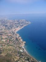 Paragliding Fluggebiet Europa » Italien » Ligurien,Ospedaletti,Ospedaletti mit Landeplatz. Der Hafen von San Remo ist im Hintergrund zu sehen.