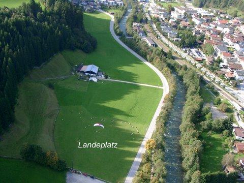 Landeplatz gegenüber der Stasse, Bahnlinie und Bach. Fußweg ca. 10min vom Ladeplatz