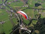 Paragliding Fluggebiet Europa » Österreich » Tirol,Kössen - Unterberghorn,Überflug über Kössen! Im Zoom der wendige Instict von Icaro! Übrigens, der wird verkauft....HeHe!