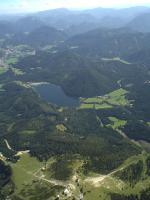 Paragliding Fluggebiet Europa » Österreich » Niederösterreich,Gemeindealpe,400 m Startüberhöhung, Mariazell, der Erlaufsee und am unteren Bildrand die Bergstation auf der Gemeindealpe
