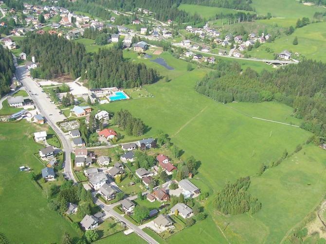 Das Bild zeigt die riesige Landewiese neben dem Alpenbad.