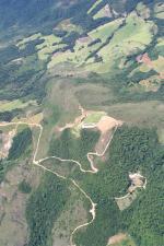 Paragliding Fluggebiet Südamerika » Brasilien,Pico do Gaviao,DAmit es hier auch mal wieder was neues gibt, mal die Sicht der Rampe von oben, es kann auch Top gelandet werden.