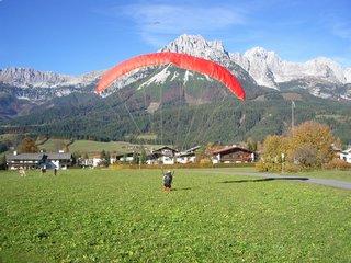 Landung am offiziellen Landeplatz Ellmau. Blick nach Norden, im Hintergrund der Kaiser.