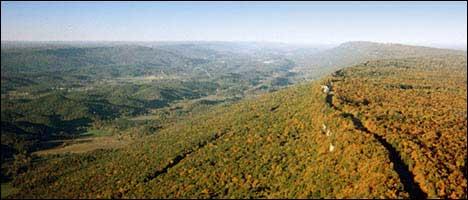 Der ganze Bergkamm von Südwesten aus gesehen.