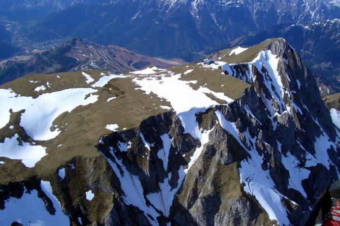 Blick auf den Eisenerzer Reichenstein im April 2006. Im Bild rechts sieht man den Polster. Hinter dem Reichenstein deutlich zu erkennen, der Erzberg, dahinter die Stadt Eisenerz. Traumhafte Gegend...