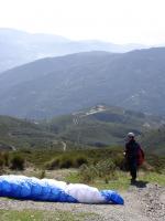 Paragliding Fluggebiet Europa » Spanien » Andalusien,Otivar,Landeplatz vom Start aus (Antennen) gut sichtbar (Bildmitte)